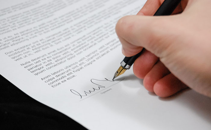 書類は簡単にサインしてはダメ。法的な根拠を安易に作るとドツボにはまる。
